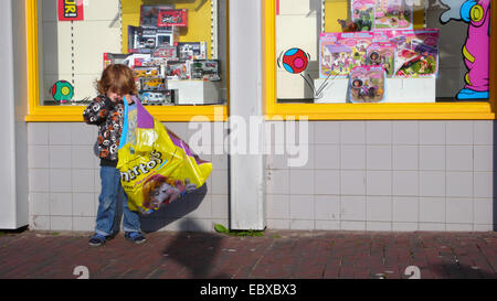 Little Boy va shopping Foto Stock