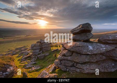 Tramonto sul braccio di Tor, Parco Nazionale di Dartmoor, Devon, Inghilterra. Estate (Agosto) 2014. Foto Stock