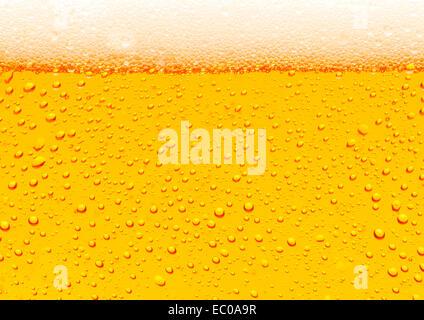 Close up di birra bolle sfondo dorato Foto Stock