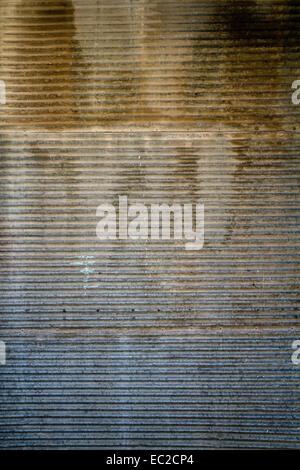 Rusty texture della porta di una vecchia porta di garage e di parete Foto Stock