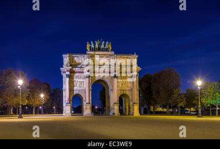 Vista notturna di Paris Arc de triomphe du Carrousel, costruita in memoria di Napoleone vittorie Foto Stock