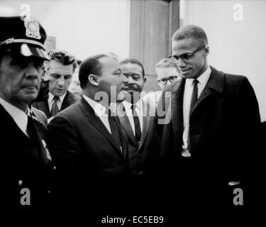 Martin Luther King e Malcolm x in attesa per la conferenza stampa,1964 marzo 26 trikosko, Marion s., fotografo Foto Stock