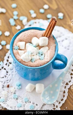 Cioccolata calda con cannella e marshmallows Foto Stock