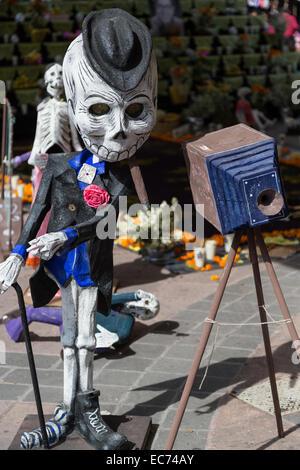 La Calaca con sigaro in posa come un fotografo di dia de los Muertos, una celebrazione per onorare i morti, a Queretaro, Messico Foto Stock