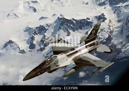 Un US Air Force F-15C Falcon fighter aircraft vola su una catena montuosa durante l'esercizio bordo settentrionale 16 giugno 2011 nel Golfo di Alaska. Foto Stock