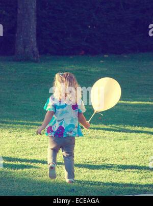 Argentina, Buenos Aires, ragazza con palloncino a festa di compleanno Foto Stock