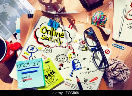 Scrivania da ufficio con note sulla sicurezza online Foto Stock