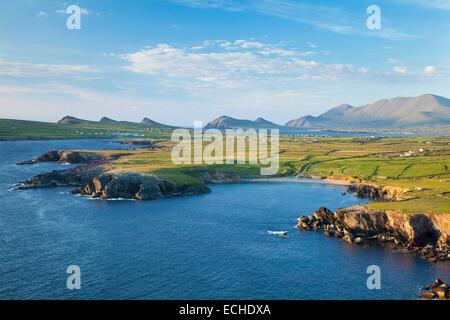 Vista di Brandon Mountain e la penisola di Dingle dalla testa di Clogher, nella contea di Kerry, Irlanda. Foto Stock