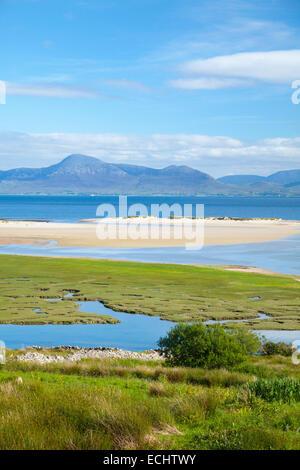 Vista verso Croagh Patrick da Mulranny, la Baia di Clew, County Mayo, Irlanda. Foto Stock