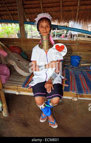 La giraffa le donne indossano anelli di ottone sul loro collo a lungo a collo alto villaggio Karen nella provincia Foto Stock