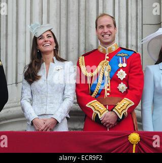 I membri della famiglia reale britannica sono visti godendo il Trooping delle celebrazioni del colore sul balcone Foto Stock