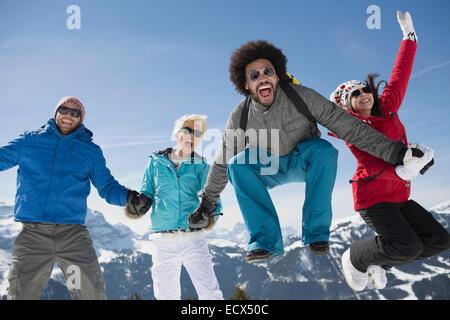 Ritratto di esuberante amici nella neve Foto Stock