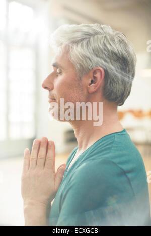 Chiusura del vecchio uomo meditando Foto Stock