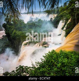 Iguazu Falls sono le cascate del fiume Iguazu sul confine di Argentina e Brasile Foto Stock