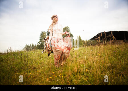 La donna caucasica camminando nel campo