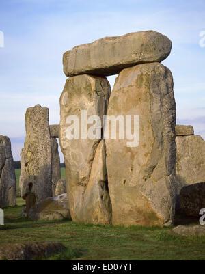 In piedi le pietre di Stonehenge monumento preistorico, Amesbury, Wiltshire, Inghilterra, Regno Unito Foto Stock