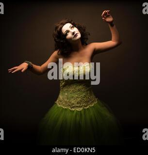 Fantasy makeover fotografia: una giovane donna ragazza modello realizzato fino ad assomigliare a un bianco porcellana Foto Stock