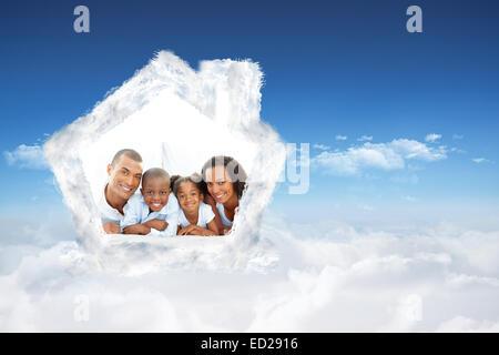 Immagine composita della famiglia felice avendo divertimento sdraiato sul letto Foto Stock