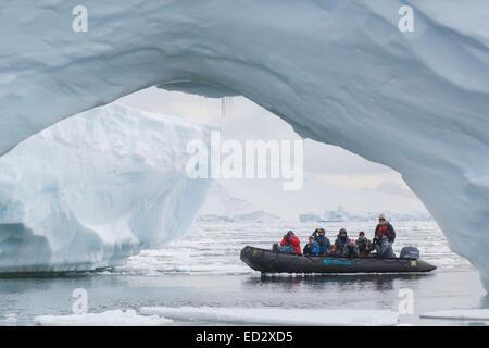 Zodiac guardandosi intorno Yalour Isola, l'Antartide. Foto Stock