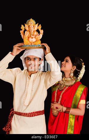 2 Bengali coppia sposata Ganesh Chaturthi culto Foto Stock