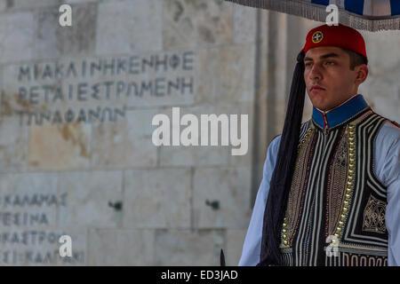 Un membro della guardia presidenziale, una élite unità cerimoniale che custodisce la tomba greca del Milite Ignoto. Foto Stock