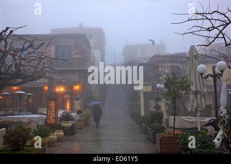 Il calare della notte su misty Arachova, il più popolare località turistica invernale in Grecia, monte Parnassos, Foto Stock