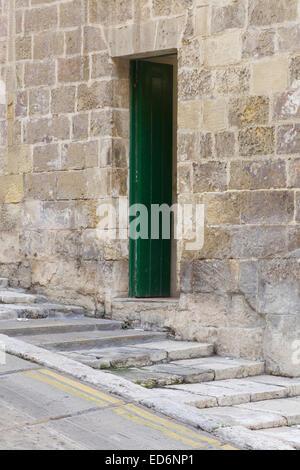 Le case sono state costruite su un terreno in pendenza con gradini in pietra che conduce all'oceano Foto Stock