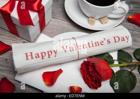 """"""" Buon San Valentino"""" sul giornale, la tazza di caffè e presente"""