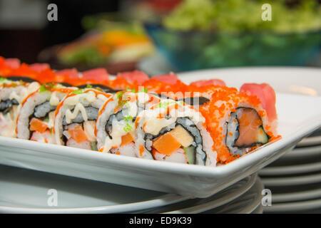Un pesce Giapponese sushi roll sulla piastra bianca. Foto Stock
