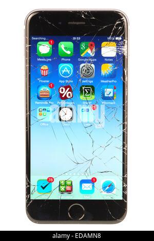 6390013023d ... Apple iPhone 6 con uno schermo rotto dopo essere sceso sul marciapiede  Rugby Warwickshire Foto Stock