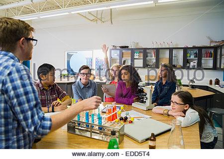 Insegnanti e studenti elementari in laboratorio Foto Stock