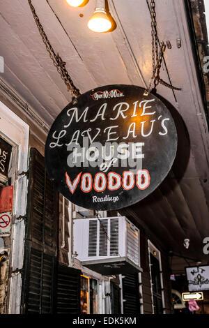 Segno di overhead al di fuori di Marie Laveaus Casa del negozio Voodoo in New Orleans LA Foto Stock