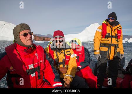 I turisti ad esplorare iceberg da Rode Island in Scoresby Sund, est della Groenlandia. Foto Stock