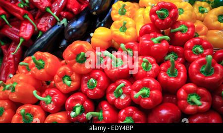 Peperoni e peperoncini rossi su frutta e verdura stand. Close up Foto Stock