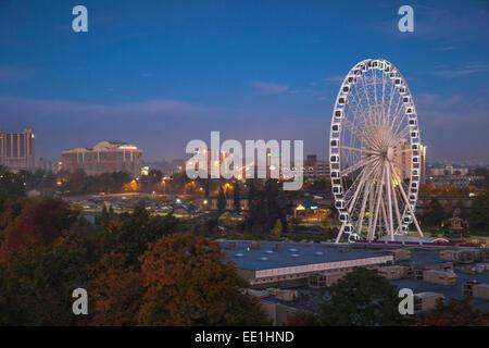 Vista della ruota panoramica Ferris all'alba, le Cascate del Niagara, Niagara, la frontiera dello Stato di New York, Foto Stock