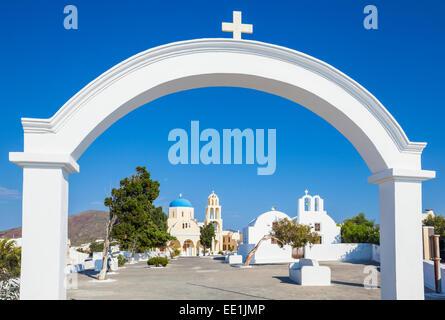 Chiesa di San Giorgio nel villaggio di Oia - Santorini (Thira), Isole Cicladi, isole greche, Grecia, Europa Foto Stock