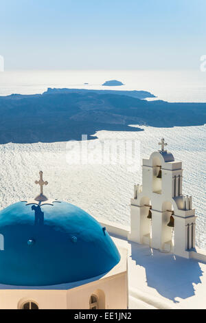 Blu cupola e il campanile di San Gerasimos chiesa, Firostefani, Fira, Santorini (Thira), Isole Cicladi, Grecia