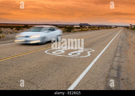 Stati Uniti Route 66 orizzontale cartello stradale in sunset paesaggio del deserto, Amboy, CALIFORNIA, STATI UNITI Foto Stock