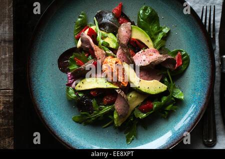 Insalata mista con un arrosto di manzo e pesce affumicato paprika aioli Foto Stock