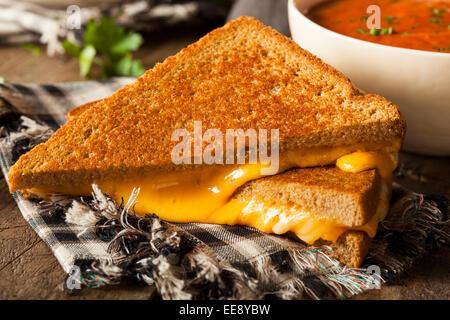 In casa formaggio alla griglia con la zuppa di pomodoro per il pranzo Foto Stock