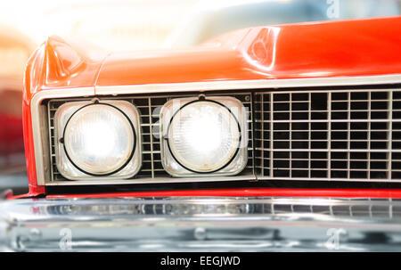 Close up dettaglio del faro di rosso lucido Classic Car Foto Stock