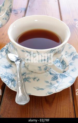 Il tè in un raffinato cina cup Foto Stock
