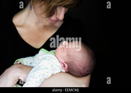 Close up di madre holding neonato Foto Stock