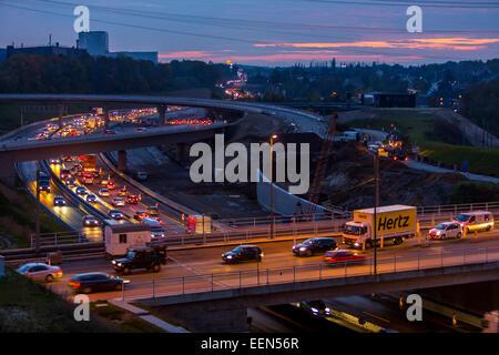 Rush Hour, sull'autostrada A40, Autobahn a 'West-Kreuz' - intersezione ovest, al tramonto, Bochum, Germania Foto Stock