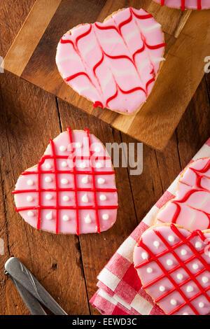 In casa rosa il giorno di San Valentino Cookies conformata come un cuore Foto Stock