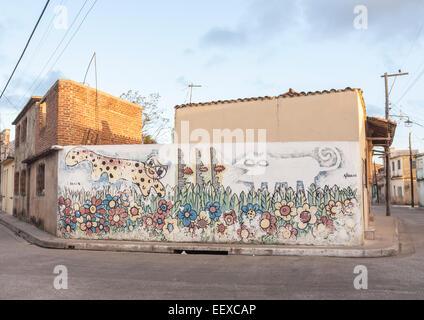 Graffiti dipinti in una strada in un sobborgo di Camaguey, Cuba, Cuba è la terza città più grande Foto Stock