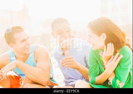 I giovani a parlare e ridere all'aperto Foto Stock