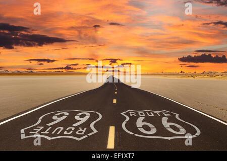 Resa Romanticized Route 66 attraversando un dry lake bed nel vasto deserto Mojave. Foto Stock