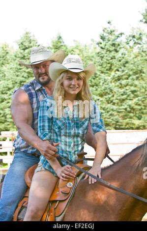 Matura in sella ad un cavallo all'aperto Foto Stock