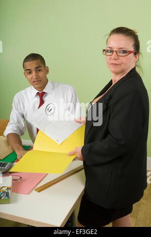 f3baec3582af Istruttore maschio lavora con femmina sulla classe di allenamento in ...